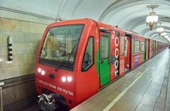 MOSKOU, 22 AUGUSTUS, 2017: De moderne rode trein van de metropassagier bij metro post Perspectief vooraanzicht van treincabine Me royalty-vrije stock afbeeldingen