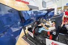 MOSKOU, AUGUSTUS 22, 2017: Mening over tentoonstellingstribune met 3d auto het drijven simulator met de brede geleide schermen, h Stock Foto