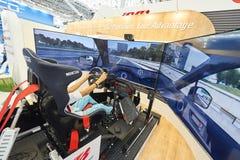 MOSKOU, AUGUSTUS 22, 2017: Mening over tentoonstellingstribune met 3d auto het drijven simulator met de brede geleide schermen, h Royalty-vrije Stock Fotografie