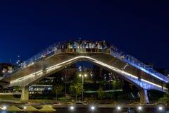 Moskou - 10 Augustus 2018: Nachtmening over stijgende brug met mensen in Zaryadye-park stock foto's