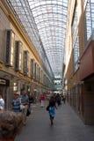 Moskou. Bij ingang van handelscentrum Baumanskiy Stock Fotografie