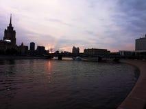 Moskou bij zonsondergang stock afbeelding