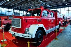 MOSKOU - BRENG 09, 2018 IN DE WAR: De brandvrachtwagen van magirus-Deutz 150D10 1966 bij Stock Afbeelding