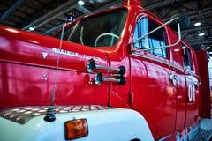 MOSKOU - BRENG 09, 2018 IN DE WAR: De brandvrachtwagen van magirus-Deutz 150D10 1966 bij Stock Foto's