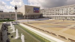 moskou De fontein bij de ingang aan de Universiteit van de mensen` s vriendschap stock footage