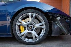 moskou De herfst van 2018 Blauwe Lamborghini-cabriolet schade aan r royalty-vrije stock afbeeldingen
