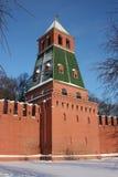 Moskou. De muur van het Kremlin. De 1st toren Bezimyannaya. Royalty-vrije Stock Foto's