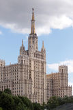 Moskou. De stalinian gestileerde wolkenkrabber Stock Afbeelding