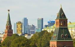 Moskou, de torens van het Kremlin en moderne gebouwen royalty-vrije stock foto