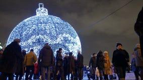 Moskou, de winteravond, Nieuwjaarvakantie De mensen lopen op Manezhnaya-Vierkant stock videobeelden