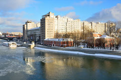 moskou De wintermening voor het Verscheidenheidstheater in bewolkt weer stock fotografie