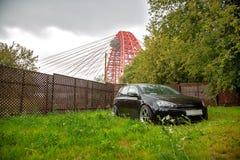 moskou De zomer van 2018 Zwart gestemd Volkswagen Golf met chroom brede wielen tegen de achtergrond van een schilderachtige brug  royalty-vrije stock fotografie