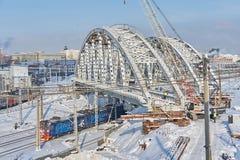 MOSKOU, FEBRUARI 01, 2018: Mening bij het Russische de treinen van de spoorwegenpassagier lopen onder nieuwe metaalbrug in aanbou Stock Foto's