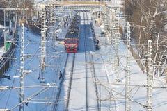 MOSKOU, FEBRUARI 01, 2018: Mening van de de winter de zonnige dag over rode passagierstrein die aan stationmensen komen op platfo Royalty-vrije Stock Foto