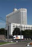Moskou. het kijken aan het Witte Huis Stock Afbeeldingen