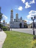 Moskou het Kremlin achter de muur stock afbeeldingen