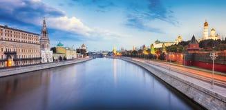 Moskou het Kremlin bij nacht, Rusland met rivier royalty-vrije stock foto