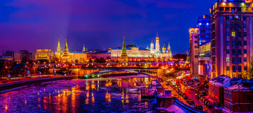 Moskou het Kremlin in de winteravond stock foto