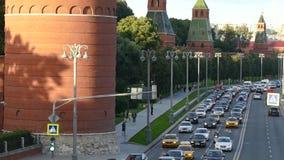 Moskou het Kremlin in de zomerrivier stock video