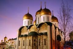 Moskou het Kremlin Dormition en Aankondigingskathedralen De hemel van de avond Royalty-vrije Stock Foto's
