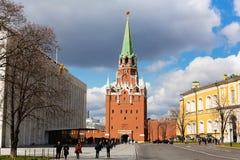 Moskou het Kremlin, Drievuldigheidstoren stock foto's