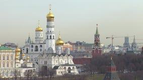 Moskou het Kremlin en de bouwkranen bij het verkort tekenen Van ver stock videobeelden