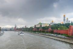 Moskou het Kremlin en de rivier in de regen Stock Afbeelding