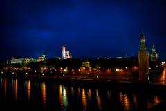 Moskou het Kremlin en de rivier van Moskou bij nacht stock fotografie