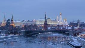 Moskou het Kremlin en de Rivier van Moskou in ijzige de winteravond stock video