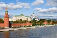 Moskou het Kremlin en de rivier van Moskou stock foto
