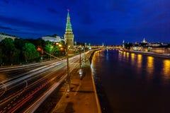 Moskou het Kremlin en de Rivier van Moskou in de Avond, Russ wordt verlicht die royalty-vrije stock fotografie