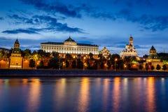 Moskou het Kremlin en de Rivier van Moskou in de Avond wordt verlicht die  royalty-vrije stock foto