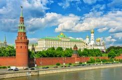 Moskou het Kremlin en de Rivier van Moskou in Moskou, Rusland Stock Foto