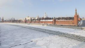 Moskou het Kremlin en het ijs op de rivier Stock Foto's