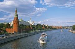 Moskou het Kremlin en Moskva-Rivier stock afbeeldingen