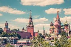 Moskou het Kremlin en St Basilicum` s Kathedraal royalty-vrije stock afbeeldingen