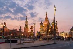Moskou het Kremlin en St Basilicum` s Kathedraal bij zonsondergang, Rusland stock fotografie