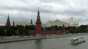 Moskou het Kremlin (mening van de brug) in September stock footage