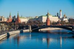 Moskou het Kremlin met de rivier van Moskou royalty-vrije stock afbeeldingen