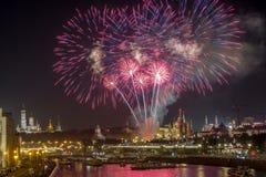 Moskou het Kremlin met het vuurwerk van de Stadsdag stock foto's