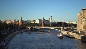 Moskou het Kremlin, Moskva-Rivierkade, Grotere Steenbrug, het Grote Paleis van het Kremlin, Cathedras en Ivan de Grote Klokketore stock video