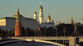 Moskou het Kremlin, Moskva-Rivierkade, Grotere Steenbrug, het Grote Paleis van het Kremlin, Cathedras en Ivan de Grote Klokketore stock footage