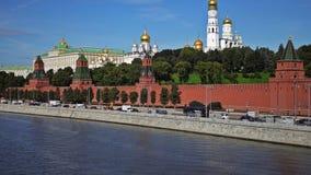 Moskou het Kremlin, Moskva-Rivierkade, het Grote Paleis van het Kremlin, de Kathedraal van de Aankondiging, de Kathedraal van de  stock footage