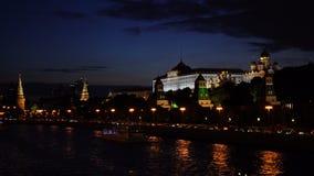 Moskou het Kremlin, Moskva-Rivierkade, het Grote Paleis van het Kremlin, de Kathedraal van de Aankondiging, de Kathedraal van de  stock video