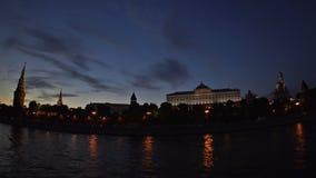 Moskou het Kremlin, Moskva-Rivierkade, het Grote Paleis van het Kremlin, de Kathedraal van de Aankondiging en de Kathedraal van d stock video