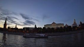 Moskou het Kremlin, Moskva-Rivierkade, het Grote Paleis van het Kremlin, de Kathedraal van de Aankondiging en de Kathedraal van d stock footage
