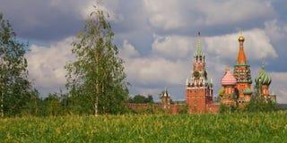 Moskou het Kremlin op een achtergrond van groen gazon en blauw hemel en DE stock afbeelding