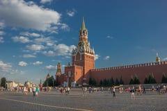 Moskou het Kremlin, Rood Vierkant De klokketoren van de Spasskayaverlosser stock fotografie