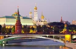 Moskou het Kremlin in schemer. Rusland stock foto