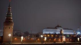 Moskou het Kremlin Vóór zonsopgang Panorama van de tegenovergestelde kust De vector van auto's stock footage
